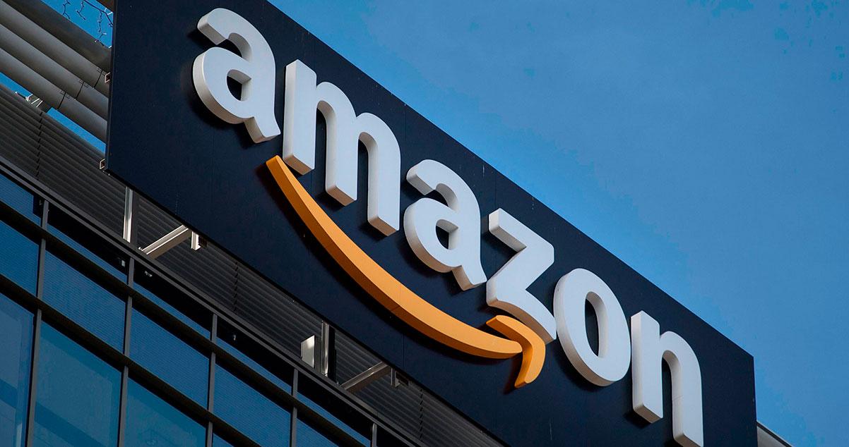 Fachada con Aviso de una Tienda Amazon