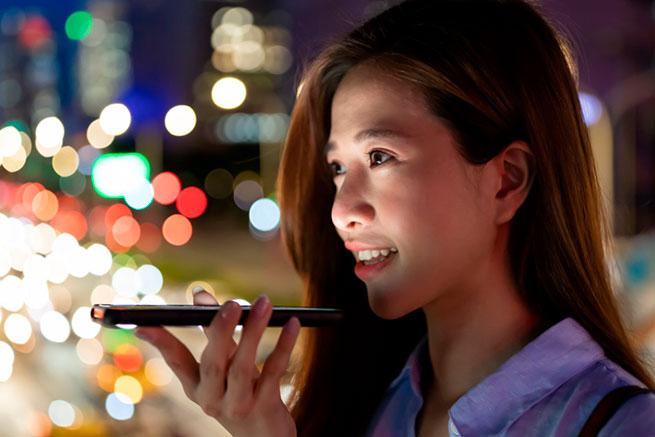mujer realizando busquedas en un dispositivo movil