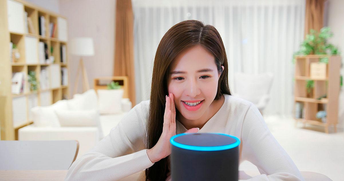 Chica dando comandos de voz en Amazon Alexa