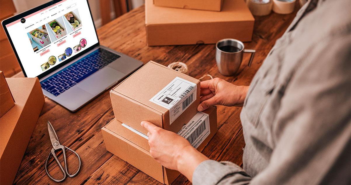Imagen de empresario preparando pedidos de su tienda virtual para despachar - WebKreativo
