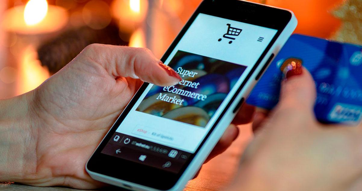Mujer navegando una tienda virtual en un smartphone - WebKreativo
